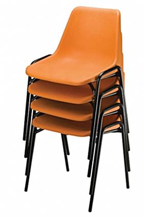 Cadeiras trive empilhadas